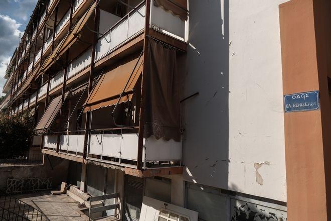 Η πολυκατοικία στην Αγία Βαρβάρα όπου έμενε η 50χρονη γυναίκα, που βρέθηκε δολοφονημένη