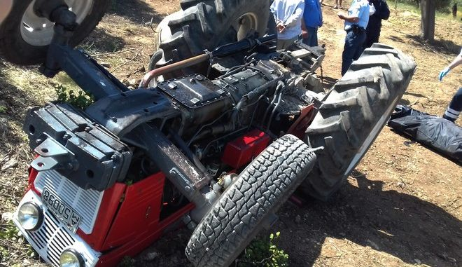 ΑΡΓΟΣ-Νεκρός 84χρονος οδηγός τρακτέρ  στην περιοχή του Αχλαδόκαμπου. Ο άτυχος οδηγός εξετράπη της πορείας του με αποτέλεσμα να καταπλακωθεί από το τρακτέρ του. Έγινε επιχείρηση απεγκλωβισμού από την πυροσβεστική υπηρεσία ,το ΕΚΑΒ και την αστυνομία , αλλά δυστυχώς τα τραύματα του ήταν μοιραία.(EUROKINISSI)