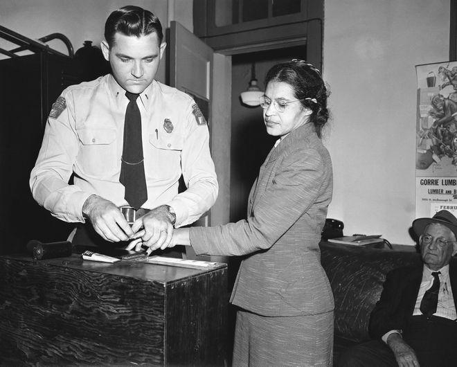 Η Ρόζα Παρκς δίνει δαχτυλικά αποτυπώματα μετά την σύλληψή της