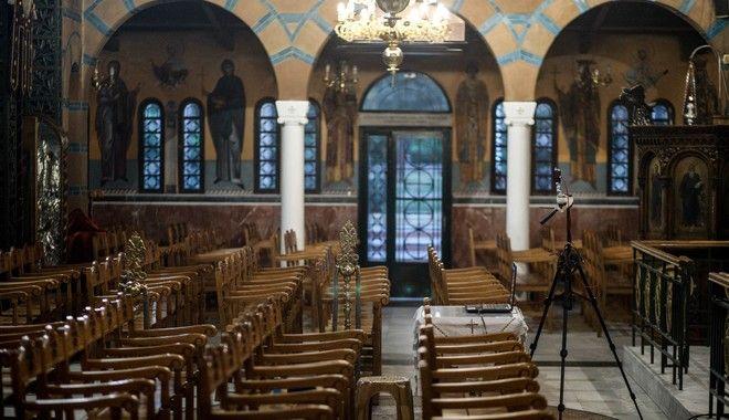 Άδεια τα καθίσματα σε όλες τις εκκλησίες