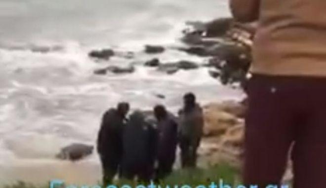 Βίντεο: Η στιγμή της διάσωσης του κωπηλάτη στη Λούτσα