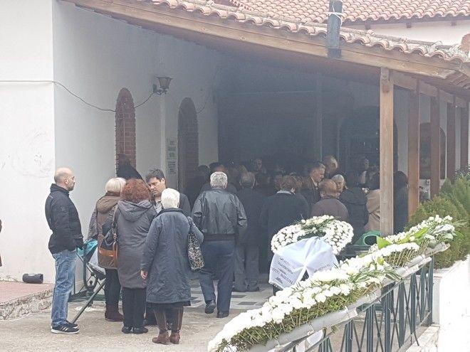 Έγκλημα στους Αγίους Αναργύρους: Αγκαλιά κηδεύτηκαν η μάνα με το 3χρονο κοριτσάκι