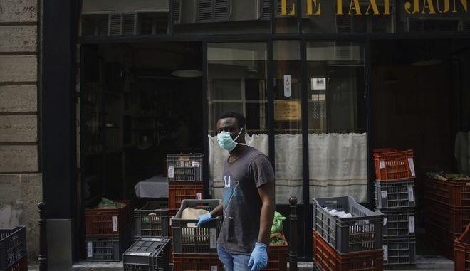 Υπάλληλος σε μαγαζί στο Παρίσι