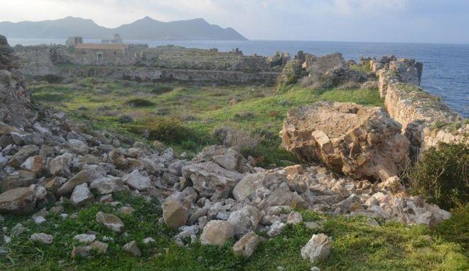 Κατάρρευση τμημάτων τοιχοποιίας στον ημικυκλικό πύργο του βορείου περιβόλου (ακρόπολη) του κάστρου Μεθώνης