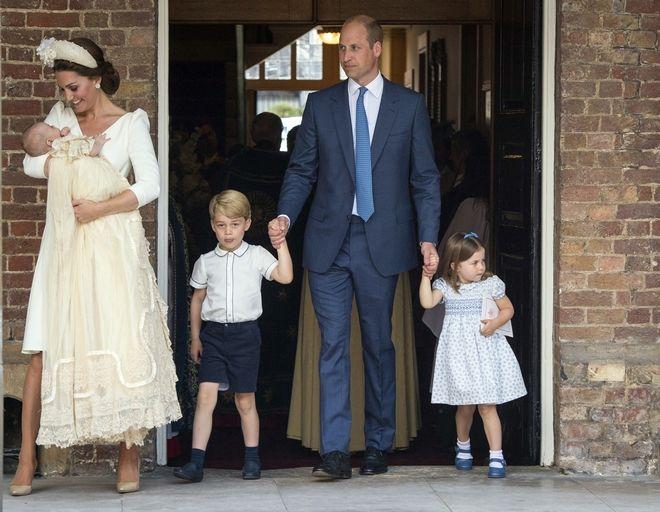 Ο νεοφώτιστος πήρε το όνομα Λούις Άρθουρ Τσάρλς και φορούσε χειροποίητο αντίγραφο του βασιλικού βαπτιστικού φορέματος.