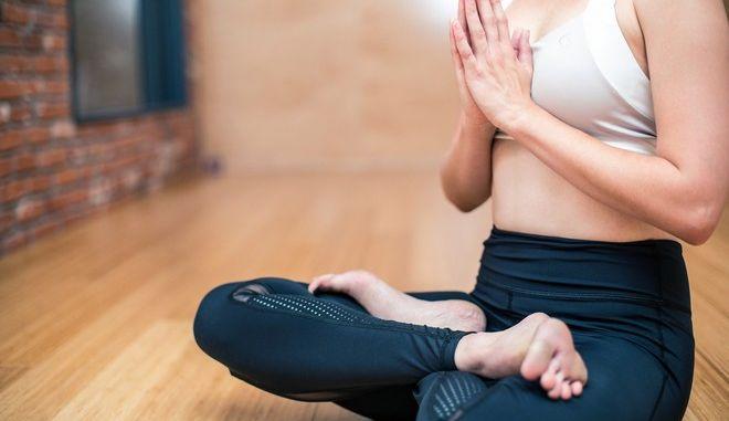 Γυναίκα σε άσκηση γιόγκας.
