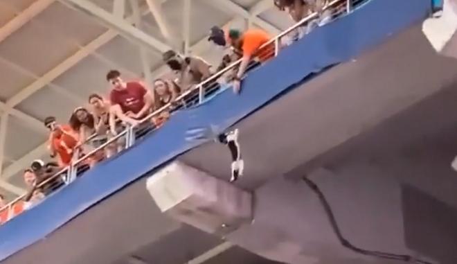 Γάτα κρέμεται από το δεύτερο διάζωμα του Hard Rock Stadium στο Μαϊάμι
