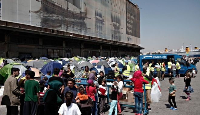 Refugees and migrants at the port of Piraeus, in Piraeus, on April 6 , 2016 /       ,  ,  6  , 2016