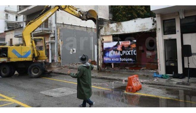 """""""Ηλία ρίχ'το"""": Γκρέμισαν οίκο ανοχής με live μπουζούκια και ζεϊμπέκικο"""