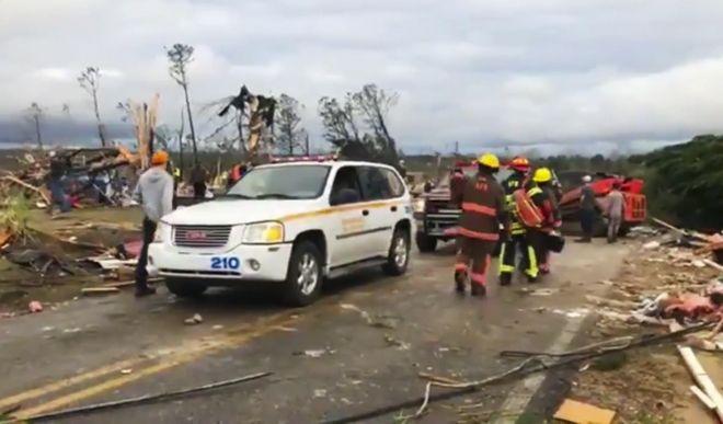 Οι καταστροφές από τον ανεμοστρόβιλο στα σύνορα της Αλαμπάμα με την Τζόρτζια