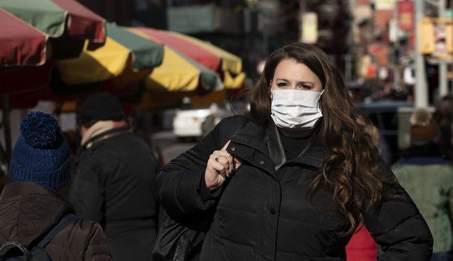 Εργαζόμενη στη Νέα Υόρκη φοράει μάσκα.(φωτογραφία αρχείου)