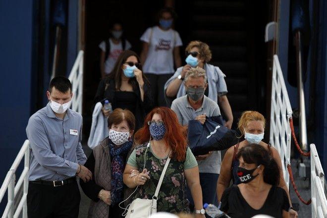 Αποβίβαση επιβατών με μάσκες στον Πειραιά.