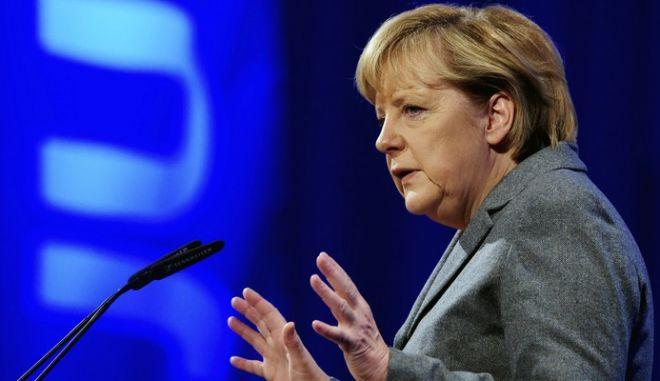 """Μέρκελ: """"Δίνει"""" κατώτατο μισθό για να """"πάρει"""" σχηματισμό κυβέρνησης"""