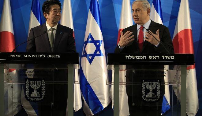 Ο πρωθυπουργός της Ιαπωνίας, Σίνζο Άμπε, (αριστερά) και του Ισραήλ, Μπενιαμίν Νετανιάχου (δεξιά)