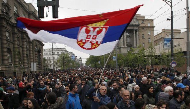 Στιγμιότυπο από συγκέντρωση διαμαρτυρίας κατά του Σέρβου προέδρου Βούτσιτς στο Βελιγράδι