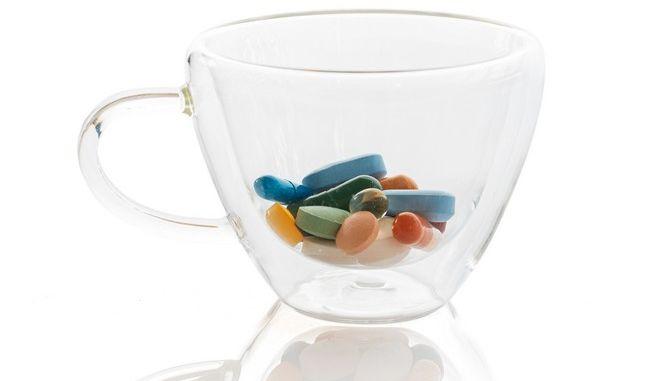 Χάπια σε διάφανο φλιτζάνι.