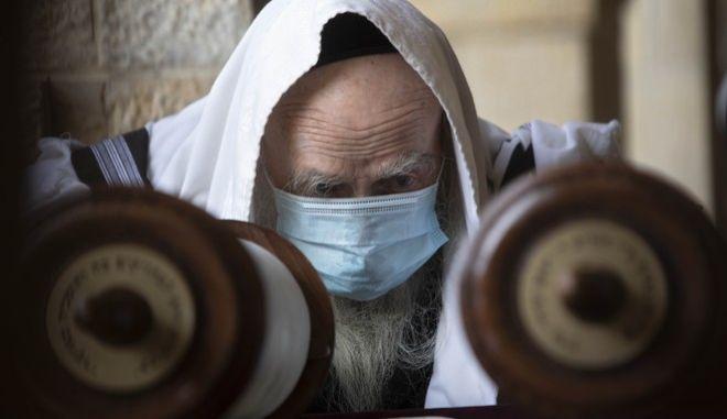 Ραβίνος με μάσκα στην Ιερουσαλήμ.