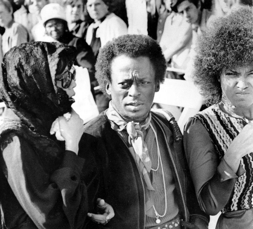 Ο Μάιλς Ντέιβις στην κηδεία του Τζίμι Χέντριξ. Ο Ντέιβις θαύμαζε τον Χέντριξ και ήθελε να ηχογραφήσει μαζί του, με μπασίστα τον Πολ ΜακΚάρτνεϊ! (1/10/1970).