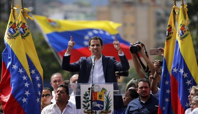 Ο ηγέτης της αντιπολίτευσης Χουάν Γκουαϊδό σε διαδήλωση κατά του Μαδούρο στο Καράκας