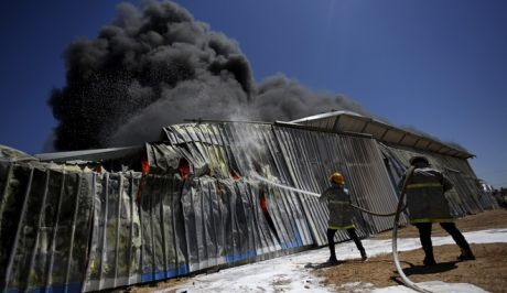Εργοστάσιο στη Γάζα τυλίχτηκε στις φλόγες έπειτα από βομβαρδισμό