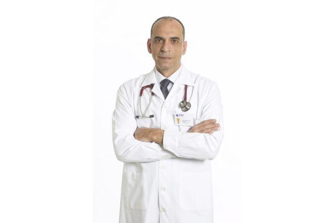 Δύο γιατροί δίνουν οδηγίες για την Εξέταση του COVID-19