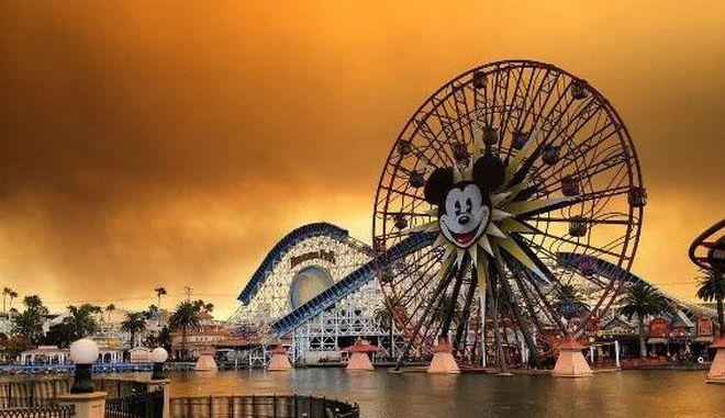 Εικόνες αποκάλυψης απ' τη Disneyland καθώς ο καπνός πνίγει την Καλιφόρνια