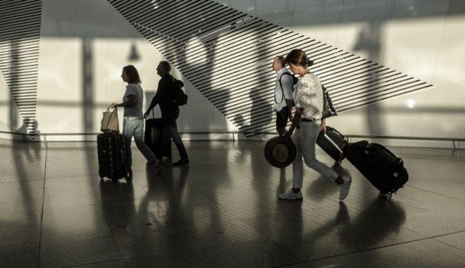 """Τουρίστες στο Αεροδρόμιο """"Ελευθέριος Βενιζέλος"""""""