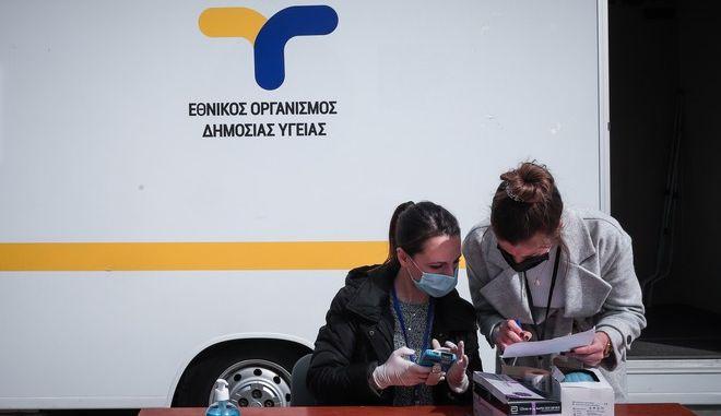 Κινητή Ομάδα Υγείας του ΕΟΔΥ διενεργεί rapid test στο Σύνταγμα.