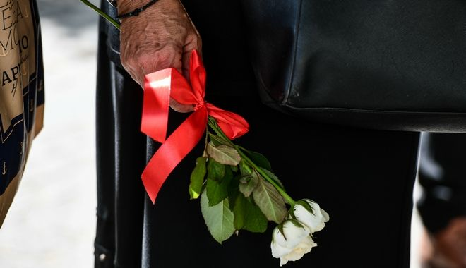 Οι Έλληνες αποχαιρετούν τον Μίκη Θεοδωράκη - Λαϊκό προσκύνημα μετά μουσικής στη Μητρόπολη Αθηνών