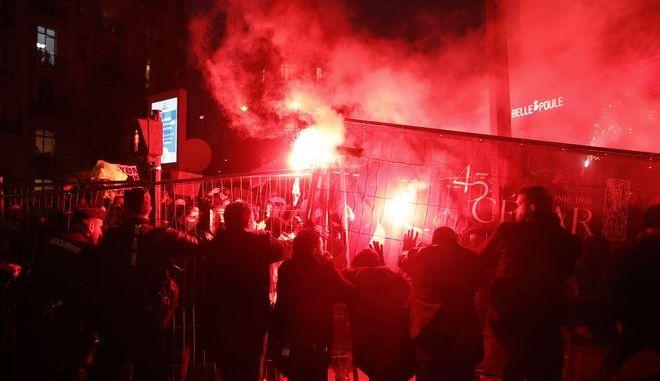 Διαδήλωση διαμαρτυρίας έξω από τον χώρο της απονομής των βραβείων Σεζάρ στο Παρίσι