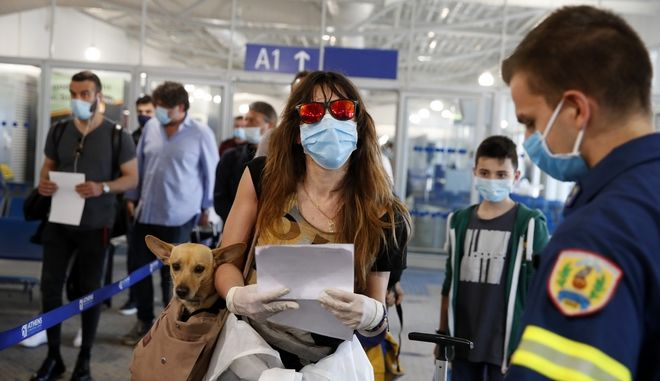 """Επιβάτες από τη Ρώμη στο """"Ελ Βενιζέλος"""" (Φωτογραφία αρχείου)"""