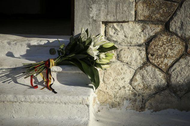 Τα λουλούδια που άφησε στο στρατόπεδο ο Γερμανός πρόεδρος