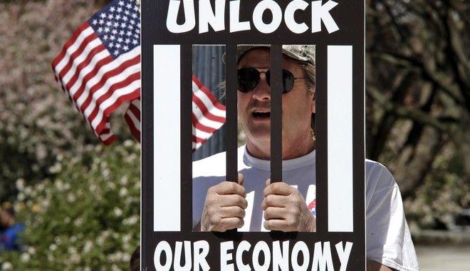 Διαδηλωτής υπέρ της άρσης των μέτρων στο Οχάιο (AP Photo/Gene J. Puskar)