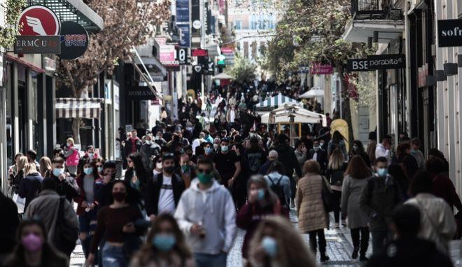 Κόσμος με μάσκες στην Αθήνα. Φωτο αρχείου.