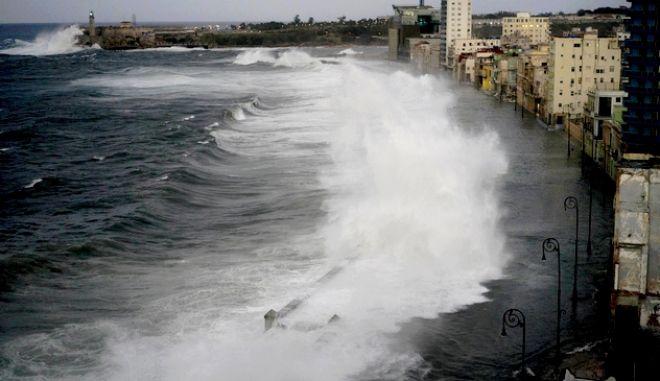 """Τα κύματα """"δέρνουν"""" τα παράλια της Αβάνας"""