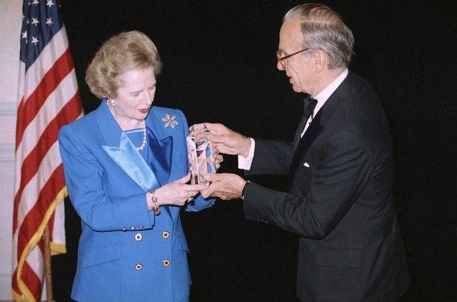 Η Margaret Thatcher δέχεται το βραβείο 'United Cerebral Palsy' στην 37η χρονιά των ανθρωπιστικών βραβείων, στις 14/11 του 1991, στη Νέα Υόρκη. Της το παραδίδει ο Murdoch.