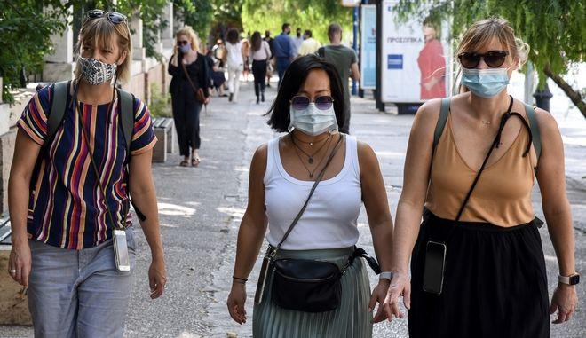 Γυναίκες με μάσκες περπατούν στην Αθήνα