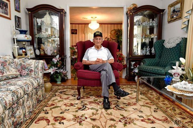 Dennis Trudeau. Πολέμησε στον Δεύτερο Παγκόσμιο Πόλεμο  και ποζάρει στο σπίτι του στις 21 Μαΐου 2019.   Είχε μπει στον στρατό του Καναδά στα 17 του και έγινε αλεξιπτωτιστής κυρίως επειδή θα πληρωνόταν έξτρα 50 δολάρια τον μήνα.