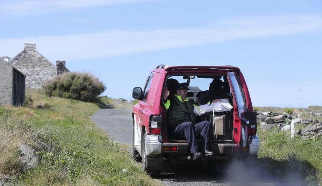 Κάλπες μεταφέρονται στα εκλογικά κέντρα του Inishbofin στην Ιρλανδία