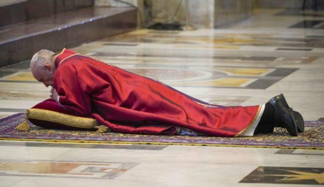 O πάπας προσεύχεται στο έδαφος για τους ασθενείς του κορονοϊού (AP Photo/Andrew Medichini, Pool)