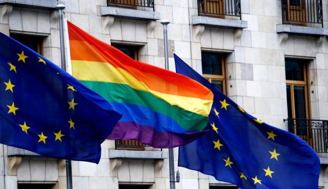 Η σημαία της ΛΟΑΤΚΙ+ κοινότητας, ανάμεσα στις σημαίες της ΕΕ