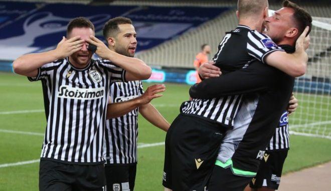 Oι ποδοσφαιριστές του ΠΑΟΚ πανηγυρίζουντ ο γκολ του Κρμέντσικ