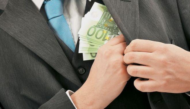 Ελεγκτής του ΥΠΟΙΚ χρηματίστηκε και κατέληξε με χειροπέδες