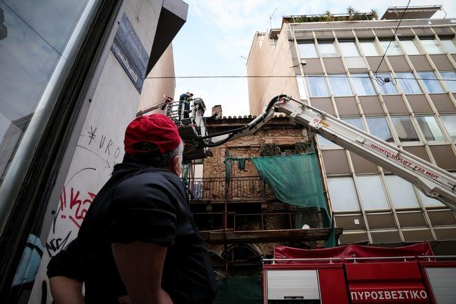 Πυροσβέστες επιχειρούν σε εγκαταλελειμμένο κτήριο επί της οδού Πραξιτέλους