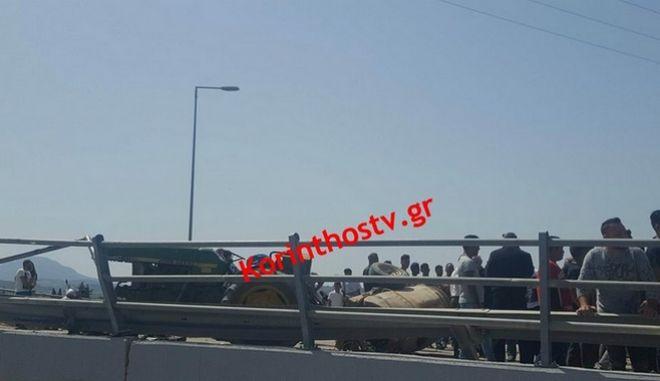 Κόρινθος: Ένας νεκρός και 2 τραυματίες από σύγκρουση αυτοκινήτου με τρακτέρ