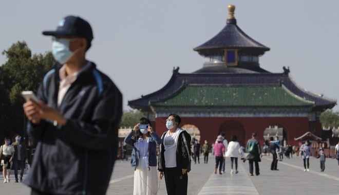 Πολίτες με μάσκα στο Πεκίνο
