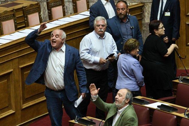 Αποχώρηση βουλευτών ΚΚΕ από την Ολομέλεια λόγω τροπολογιών Βρούτση