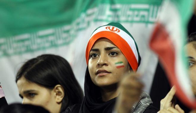 Ιρανή γυναίκα παρακολουθεί την ομάδα της. Ιούνιος 2013