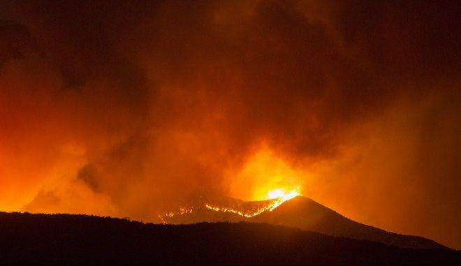 """Κόλαση στην Καλιφόρνια: 7.800 άνθρωποι εγκατέλειψαν τις εστίες τους λόγω της πυρκαγιάς """"Apple Fire"""""""