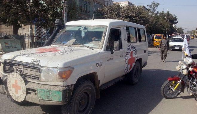 Όχημα της Διεθνούς Επιτροπής Ερυθρού Σταυρού στο Αφγανιστάν